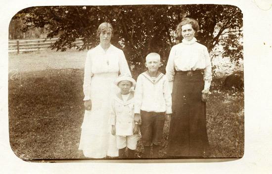 Betty och hennes tre barn Helga, Janne och Gerhard.