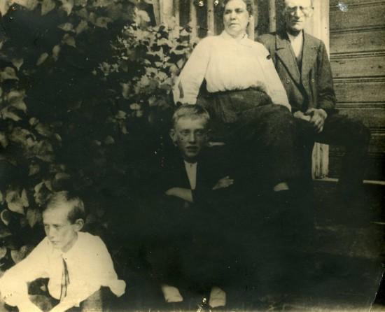 Janne, Gerhard, Betty och Albert hemma på trappan.