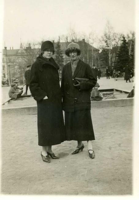 Vasaparken i Stockholm. Skall vi säga 1925? Alltså bara ett par år innan Janne dog. Till höger Helga och vid sidan av henne barndomsvännen Maja. Två välklädda unga kvinnor, båda födda 1900, som ställer sig till fotografens förfogande. Båda flyttade från ett fattigt Småland 1916-1917 och etablerade sig i huvudstaden. Snacka om charlestonbrudar i en stad som ännu inte växt ur sin kavaj.